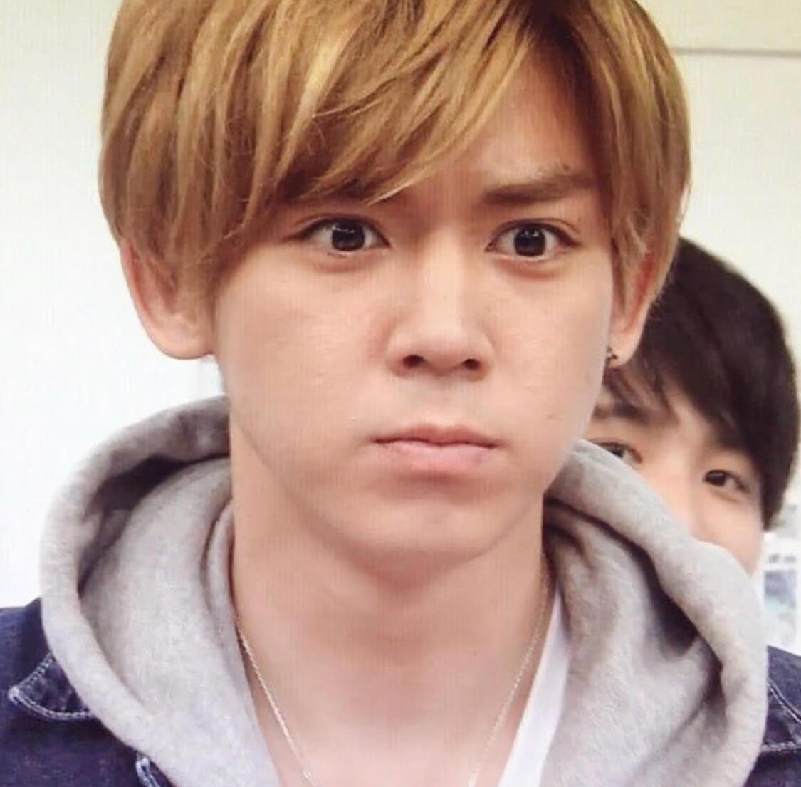 1996年7月30日生まれの21歳の小瀧望は、みんな関西人のジャニーズWESTのメンバーの1人です。 2008年にジャニーズ 事務所に入り、Hey!Say!7WESTに加入しました。